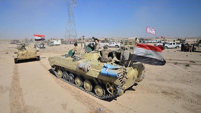 Irakische Panzer rollen auf Hawija in der Provinz Kirkuk zu.
