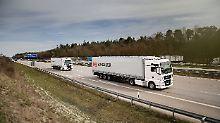 Platooning nennt sich die Technik, bei der zwei LKW hintereinander fahren, aber nur einer mit einem Fahrer besetzt ist.