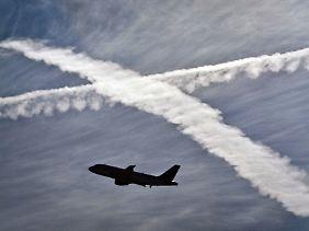 Kondensstreifen: Die flugzeuggenerierten Wolken sollen, so die Vertreter der Chemtrail-Theorie, immer wieder bestimmte Chemikalien enthalten.