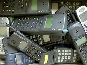 Alt, aber noch lange kein Schrott. Ältere Handymodelle gehören nicht in den Hausmüll.