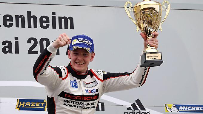 Dennis Olsen feiert den Gesamtsieg des Porsche Carrera Cup Deutschland.