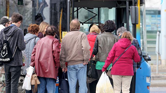 Immer mehr Menschen benutzen öffentliche Verkehrsmittel.