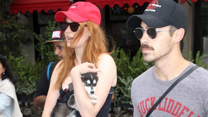 Sophie Turner und Joe Jonas haben bereits einen gemeinsamen Hund, jetzt sind die beiden verlobt.