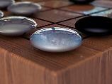 Go ist ein asiatisches Brettspiel und weit komplizierter als Schach. Es sind so viele Züge möglich, dass das Spiel für eine Künstliche Intelligenz als schwer zu knacken galt.