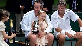 Man tritt zusammen bei Charity-Spielen auf: McEnroe (mit seinen Töchtern) und Borg.