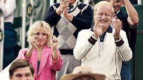 Tuva Novotny als seine Verlobte Mariana Simionescu, ebenfalls Tennisspielerin, und Stellan Skarsgard als sein Trainer und Motivator.