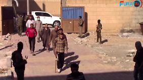 Das Videostandbild zeigt IS-Kämpfer, die sich ergeben haben, in einer Basis der Syrischen Demokratischen Kräfte (SDF) in Rakka.