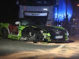 Aus dem Fahrzeug geschleudert: Cabrio-Fahrer nach Unfall von Lkw überrollt