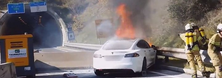 Schwierige Löscharbeiten wegen Akku: Tesla Model S brennt in Tirol komplett aus