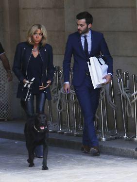 Brigitte Macron führt Nemo aus.
