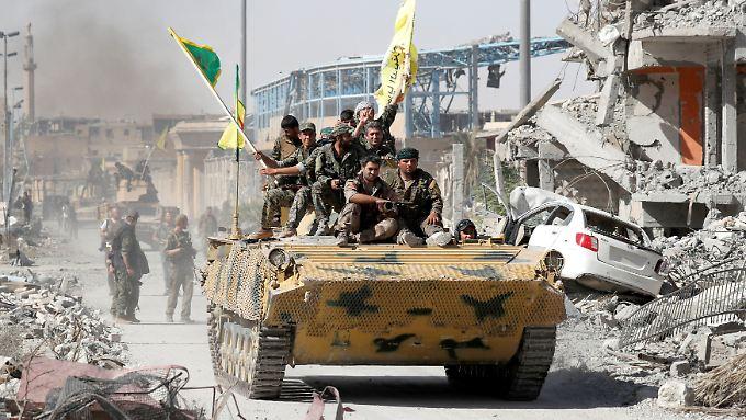 Kämpfer der Syrian Democratic Forces (SDF) feiern ihren Sieg in Rakka.