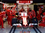 Sebastian Vettels Team hat alle Hände voll zu tun - auch weil der Feuerlöscher losgeht.