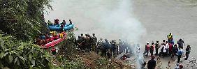 Tödliches Unglück in Nepal: Bus stürzt in Fluss und Fahrer flieht