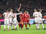 Leipzigs Kapitän Willi Orban sieht früh Rot - zehn Leipziger hatten dem FCB dann nichts mehr entgegenzusetzen.