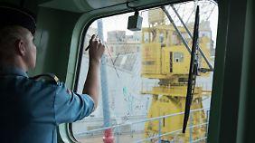 Der zweite Navigationsoffizier skizziert das Ablegemanöver der Fregatte.