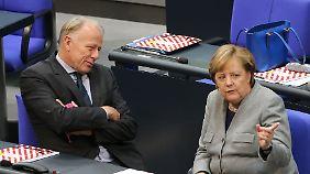 Am Rande der konstituierenden Sitzung des Bundestags führte Trittin ein ausführliches Gespräch mit Kanzlerin Angela Merkel.