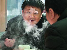 """China ist anders. Und isst anders. """"Essen mit Stäbchen macht schlau"""", heißt es."""