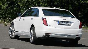 Die serienmäßige Hinterachslenkung macht den Cadillac CT6 trotz seiner Dimensionen sehr wendig.
