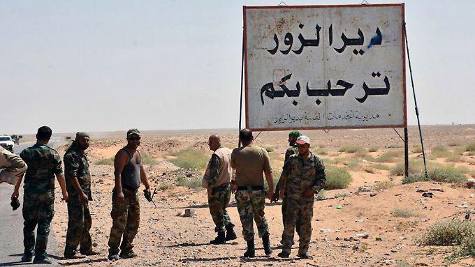 """""""Deir Ezzor heißt Sie willkommen"""" steht auf dem Schild. Syrische Soldaten und iranische Milizen haben den IS nun restlos aus der Stadt vertrieben."""
