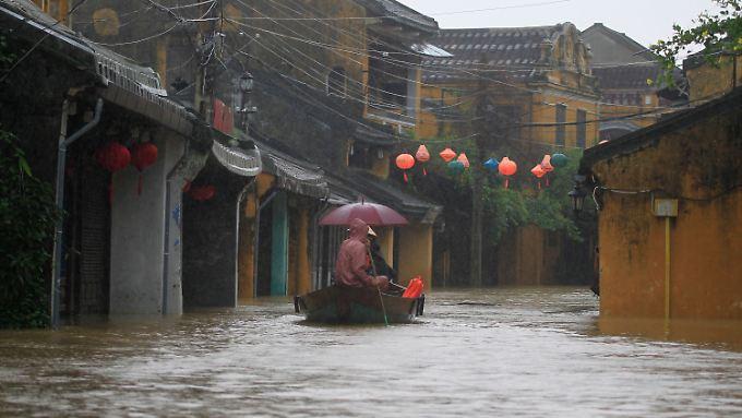 Die Altstadt des bei Touristen beliebten Ortes Hoi An ist überflutet.