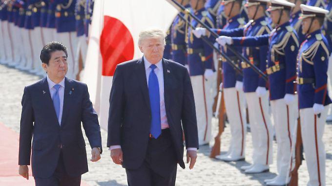 US-Präsident Trump (r.) und  der japanische Ministerpräsident Shinzo Abe sind sich im Umgang mit Nordkorea einig.