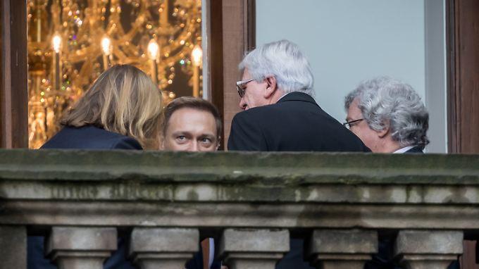 Grünen-Fraktionschef Anton Hofreiter, FDP-Chef Christian Lindner, Hessens Ministerpräsident Volker Bouffier und der Grünen-Europaabgeordnete Reinhard Bütikofer sondieren auf dem Balkon der Parlamentarischen Gesellschaft in Berlin.
