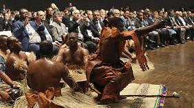 Mit traditionellen Tänzen aus dem Inselstaat Fidschi begann die Klimakonferenz in Bonn - Fidschi hat die Präsidentschaft des Treffens inne, das aus praktischen Gründen in Bonn stattfindet.