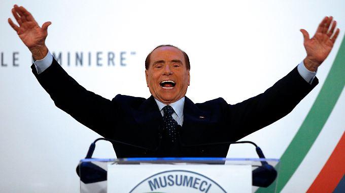Das Lachen wirkt etwas maskenhaft, ansonsten scheint Berlusconi - hier im Wahlkampf auf Sizilien - fast der Alte zu sein.