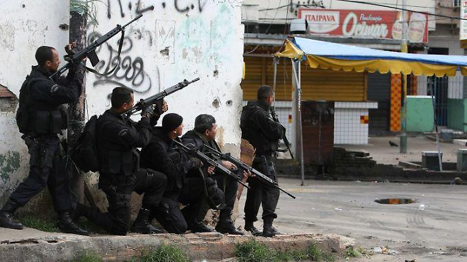Hunderte schwerbewaffnete Elitepolizisten waren an den Razzien beteiligt.