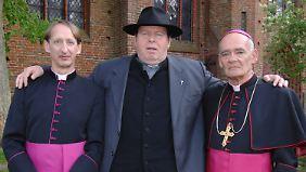 Als Bischof Hemmelrath spielte Rehberg mit Gilberg von Sohlern (l.) an der Seite Ottfried Fischers, der den Pfarrer Braun gab.