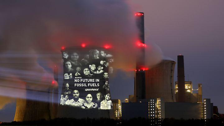 """Am Freitag projizierten Greenpeace-Aktivisten den Satz """"No Future in Fossil Fuels"""" (keine Zukunft für fossile Brennstoffe) an den Kühlturm des Braunkohlekraftwerks Neurath (NRW)."""