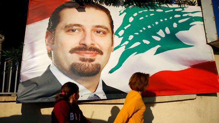 Premierminister Hariri auf einem Banner - seine Beliebtheit hat nach seinem seltsamen Abtritt noch zugenommen.