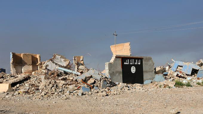 IS-Flagge an einem zerstörten Gebäude im Irak. Von dem einst furchteinflößenden Kalifat ist nicht mehr viel geblieben.
