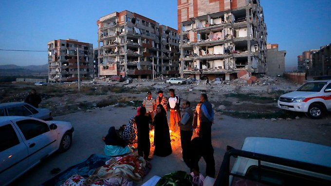 Das schwere Erdbeben riss mehr als 400 Menschen in den Tod, 7300 wurden verletzt. Zehntausende schlafen notgedrungen auf der Straße.
