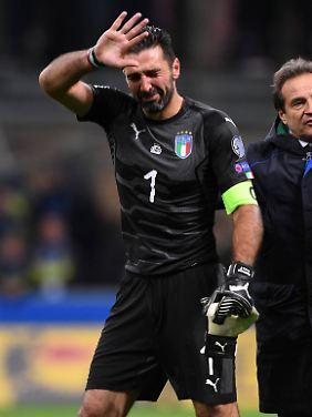 Tränenreich verabschiedet sich Gigi Buffon nach dem WM-Aus von den Fans.