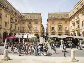 Touristen in der Altstadt von Valletta am St. John's Square.