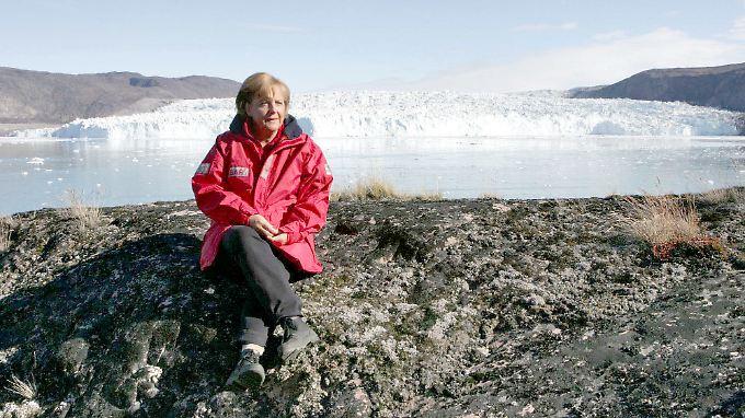 """Auftritt als """"Klimakanzlerin"""": Angela Merkel, hier im August 2007 bei einem Ortstermin zum Thema Erderwärmung am Eqi-Gletscher bei Ilulissat in Grönland."""