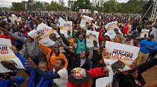 Regierungspartei will Rücktritt: Zehntausende demonstrieren gegen Mugabe