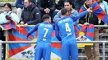 Im Spiel des TSV Schott Mainz gegen die chinesische U20-Nationalmannschaft sorgen Tibet-Banner für Diskussionen.