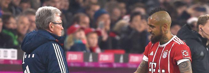 Arturo Vidal eröffnet den Torreigen für das Sieg-Jubiläum von Trainer Jupp Heynckes.