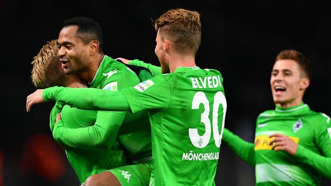 Mönchengladbachs Oscar Wendt Raffael, Nico Elvedi und Thorgan Hazard bejubeln Raffaels 3:0-Treffer (von links nach rechts).