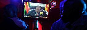 Gespannt verfolgten die Menschen in Simbabwe die Ansprache. Zum erhofften Rücktritt Mugabes kam es nicht.