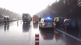Plötzlich glatte Autobahn: Hagelschauer führt zu Massencrash auf der A1