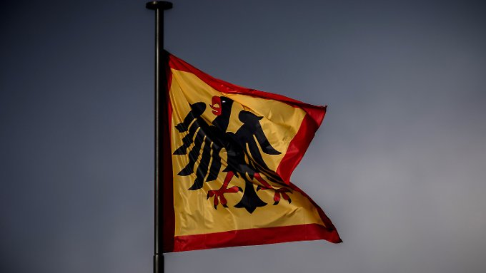 Über Schloss Bellevue weht die Standarte des Bundespräsidenten. Frank-Walter Steinmeier will nun mit allen Parteien reden.