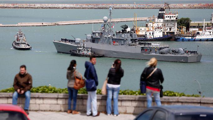 Ein Suchschiff läuft aus dem Hafen von Mar del Plata aus - das ursprüngliche Ziel des vermissten U-Bootes.