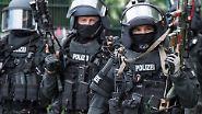 Anschlagsziel Weihnachtsmarkt?: Polizei nimmt Terrorverdächtige bei Razzien fest