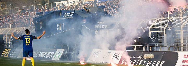 Tumulte bei Sachsen-Derby: Polizei fährt Wasserwerfer ins Stadion