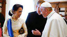 Papst Franziskus bei einem früheren Treffen mit Aung San Suu Kyi.