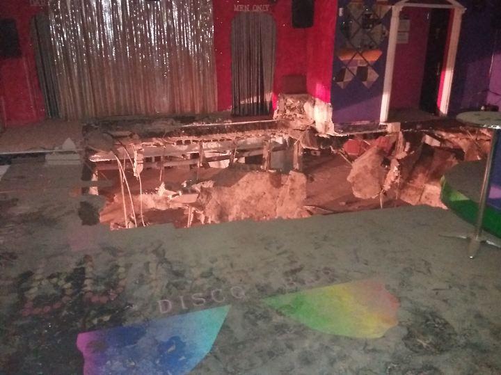 Klaffendes Loch vor der Bühne: Blick ins Innere des Nachtclubs.