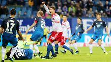 Tor für Hamburg: Da freut sich Jann-Fiete Arp. Getroffen aber hat der Hoffenheimer Kevin Akpoguma. Der liegt dann auch am Boden. Kleiner Trost: Es war das 1000. Eigentor in der Geschichte der Bundesliga.